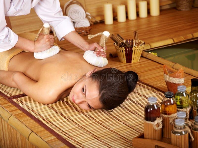 Vrouw die massage in bamboo spa krijgt. stock fotografie