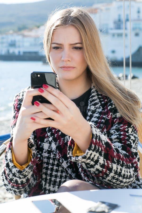 Vrouw die massage controleren op de telefoon royalty-vrije stock foto