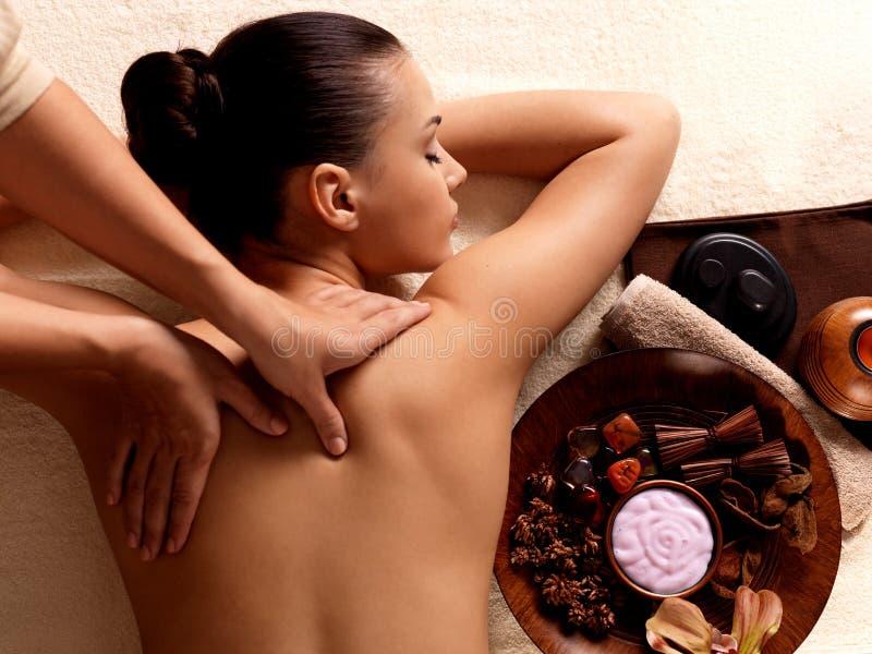 Vrouw die massage in de kuuroordsalon heeft royalty-vrije stock fotografie