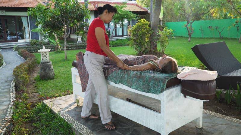Vrouw die massage doen aan meisje in Azië Bali, Indonesië royalty-vrije stock afbeelding