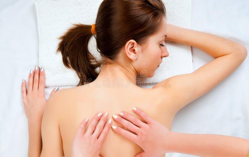 Vrouw die massage in kuuroordsalon ontvangt royalty-vrije stock foto's