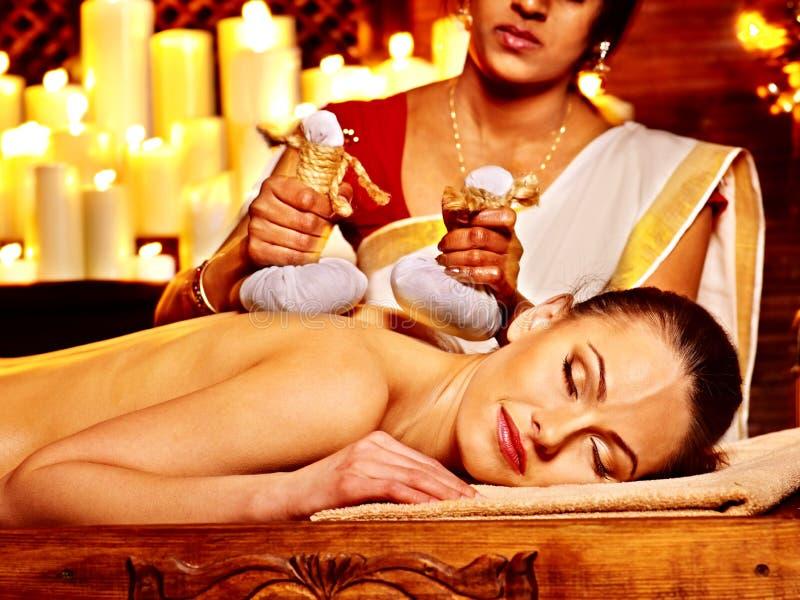 Vrouw die massage met zak van rijst hebben. royalty-vrije stock afbeeldingen