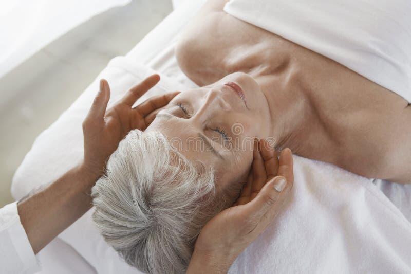 Vrouw die Massage ontvangen stock afbeeldingen
