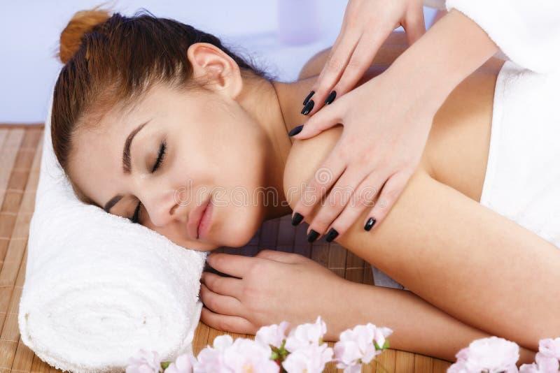 Vrouw die massage van lichaam in de kuuroordsalon heeft De behandeling van de schoonheid royalty-vrije stock fotografie