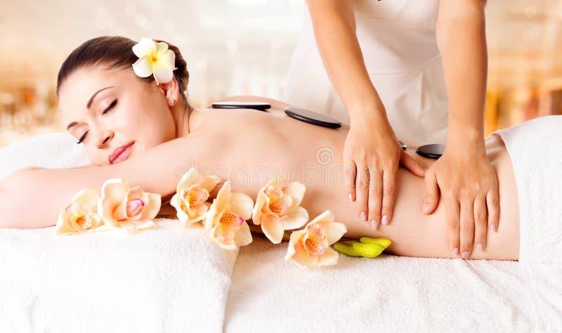Vrouw die massage van lichaam in kuuroordsalon heeft stock afbeeldingen