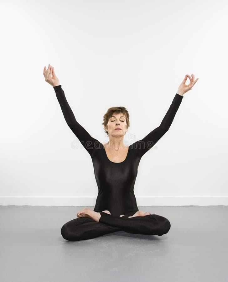 Vrouw die meditatie doet. royalty-vrije stock afbeeldingen