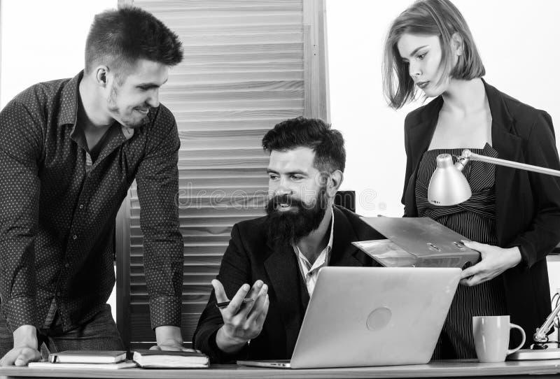 Vrouw die in meestal mannelijke werkplaats werken Vrouwen aantrekkelijke dame die met mannen collega's werken Bureau collectief c stock afbeeldingen
