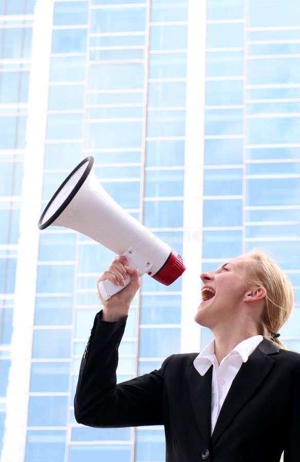 Vrouw die megafoon met behulp van royalty-vrije stock fotografie