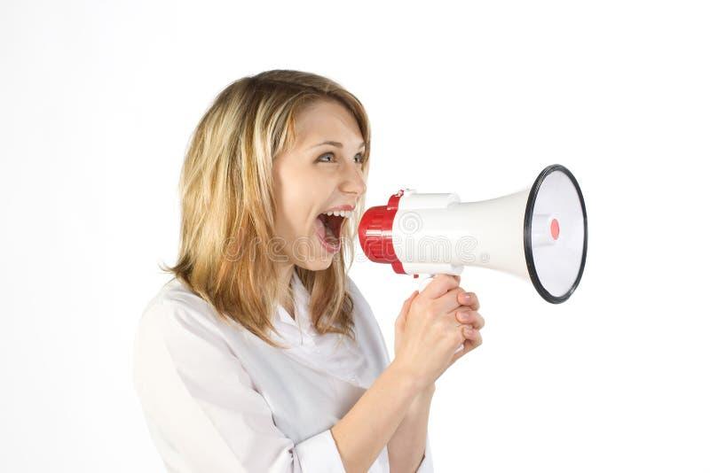 Vrouw die in megafoon schreeuwt stock afbeeldingen