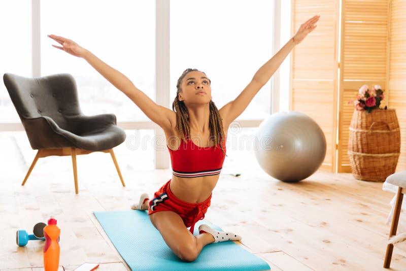 Vrouw die met aardige abs het goede het genieten van uitrekken en yoga voelen zich stock afbeeldingen
