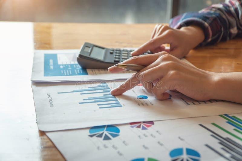 Vrouw die met calculator voor het berekenen van aantallen werken Uitgavencalculator, de documenten van de Leningsinvestering stock foto's