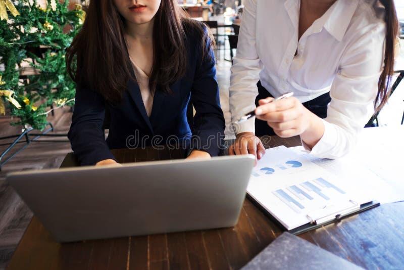 Vrouw die met collega over nieuw startproject spreken Het concept van de bedrijfsmensenbrainstorming royalty-vrije stock afbeelding