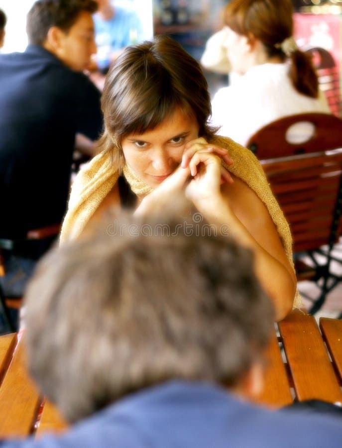 vrouw die met de mens flirten stock afbeelding