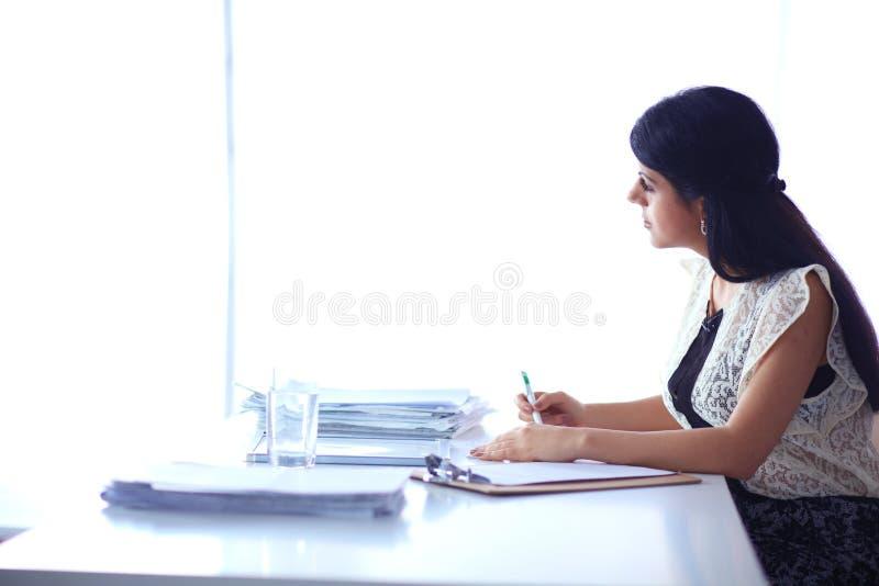 Download Vrouw Die Met Documenten Op Het Bureau Zitten Stock Afbeelding - Afbeelding bestaande uit financieel, persoon: 107702953
