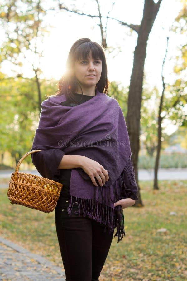 Vrouw die met een mand loopt royalty-vrije stock fotografie