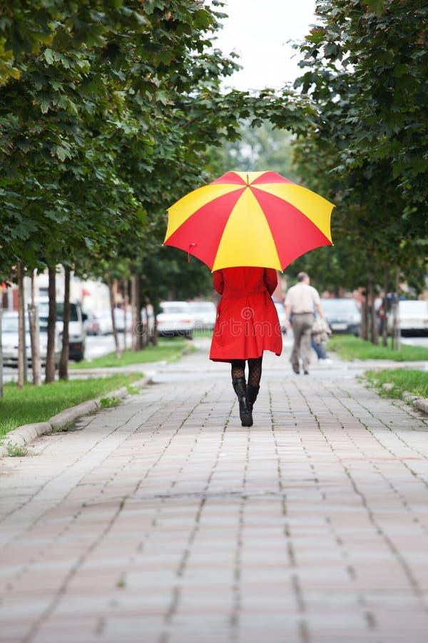 Vrouw die met een paraplu loopt royalty-vrije stock foto's