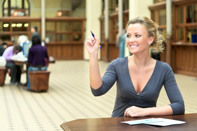 Vrouw die met een pen schrijft stock foto's