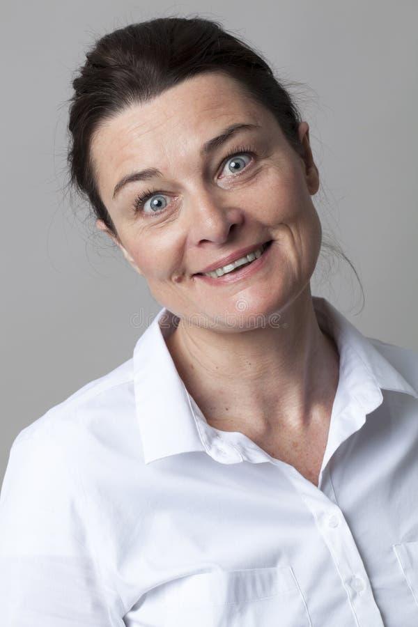 Vrouw die met elegantie glimlachen die met ogen brede open kijken voor pret royalty-vrije stock foto's