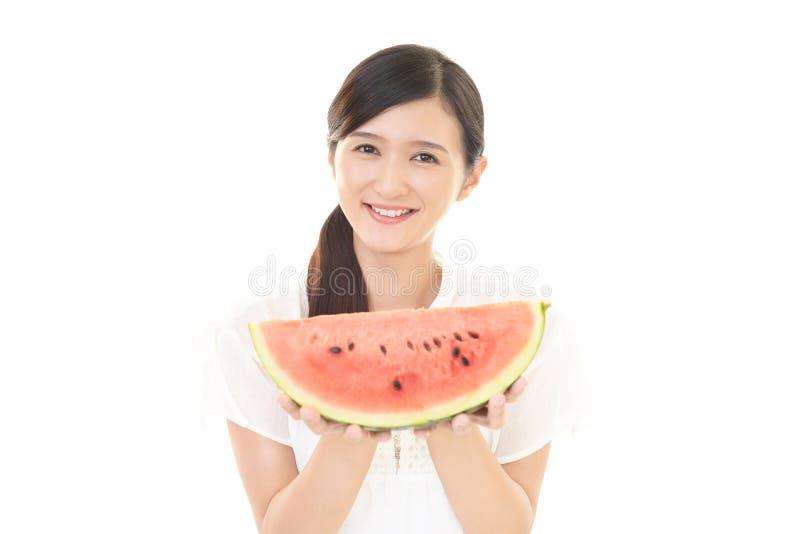 Vrouw die met fruit glimlachen royalty-vrije stock foto