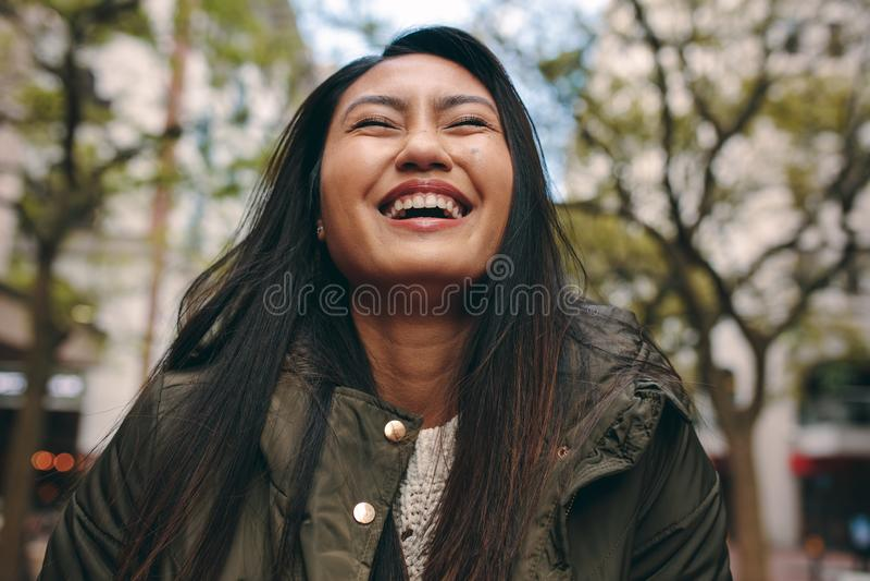Vrouw die met gesloten ogen glimlacht royalty-vrije stock fotografie