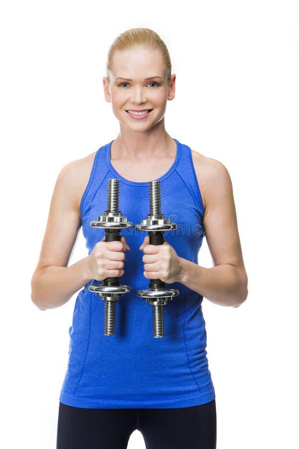 Vrouw die met gewichten uitoefent stock foto