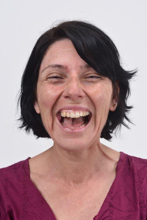 Vrouw die met haar open mond glimlachen stock foto's