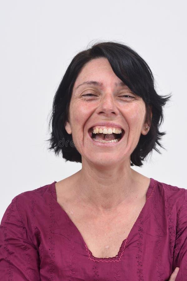 Vrouw die met haar open mond glimlachen royalty-vrije stock afbeelding