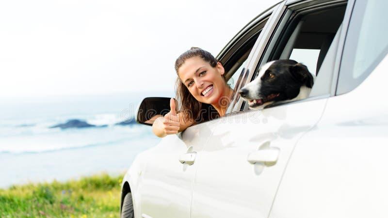 Vrouw die met hondhuisdier reizen stock afbeeldingen