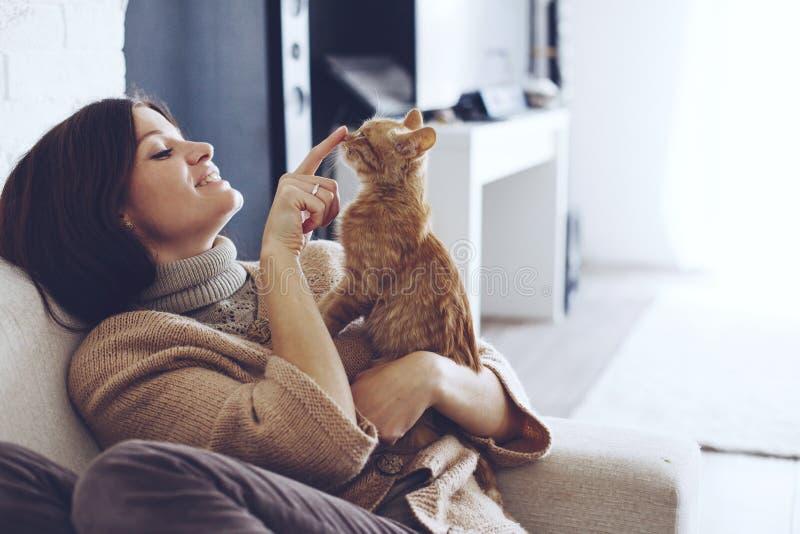 Vrouw die met katje rusten royalty-vrije stock afbeelding