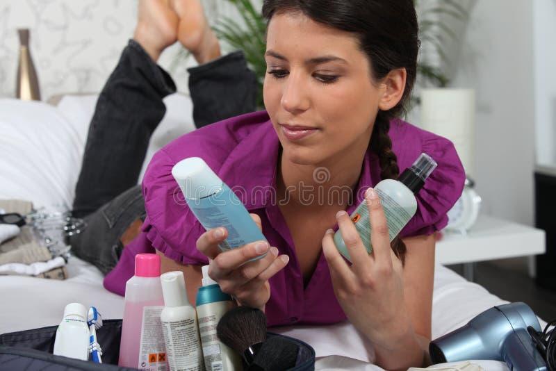 Vrouw die met kosmetische producten legt royalty-vrije stock foto