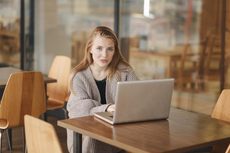 Vrouw die met laptop in koffie werken royalty-vrije stock afbeeldingen
