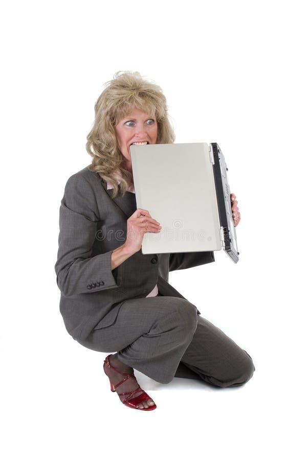 Vrouw die met Laptop wordt gefrustreerd die het bijt royalty-vrije stock afbeeldingen