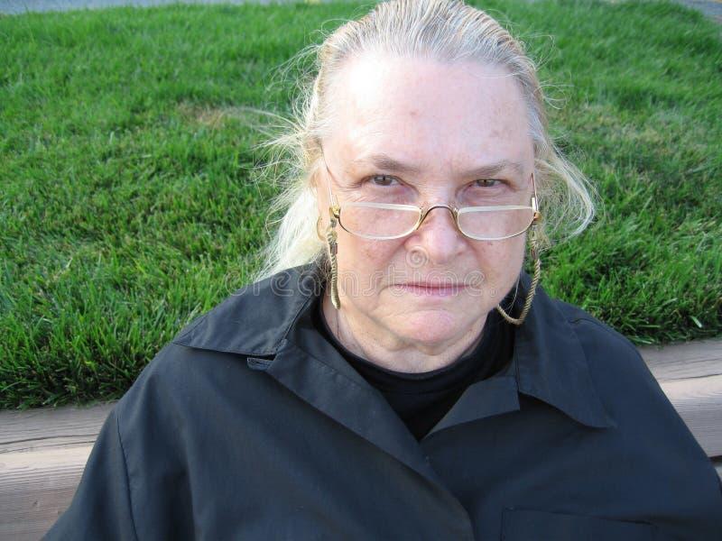 Vrouw die met Oogglazen kijkt royalty-vrije stock afbeelding