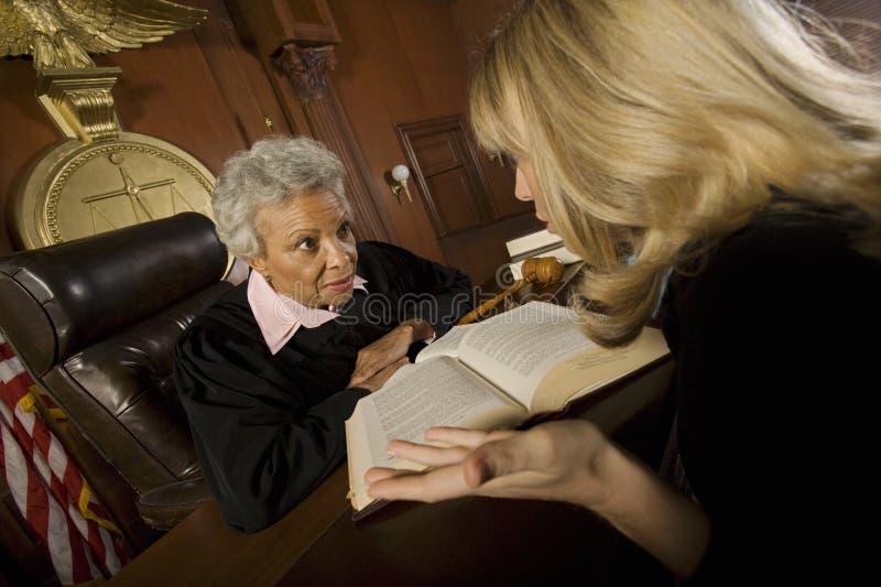 Vrouw die met Rechter pleiten royalty-vrije stock afbeelding