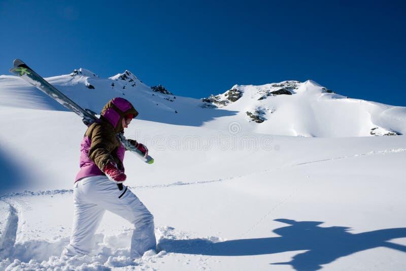Vrouw die met ski in apls wandelt stock afbeeldingen