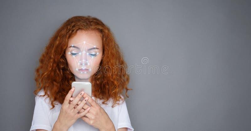 Vrouw die met smartphone de erkenningssysteem met behulp van van gezichtsidentiteitskaart stock afbeelding