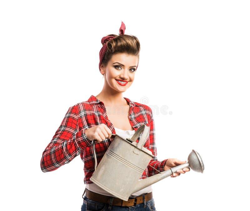 Vrouw die met speld-omhooggaand samenstelling en kapselholdingsmetaal c water geven stock afbeeldingen