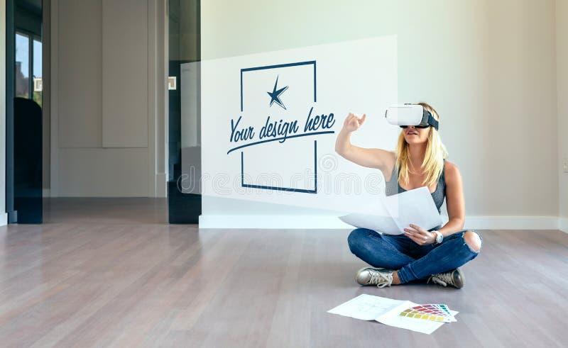 Vrouw die met virtuele werkelijkheidsglazen verfraaien stock afbeeldingen