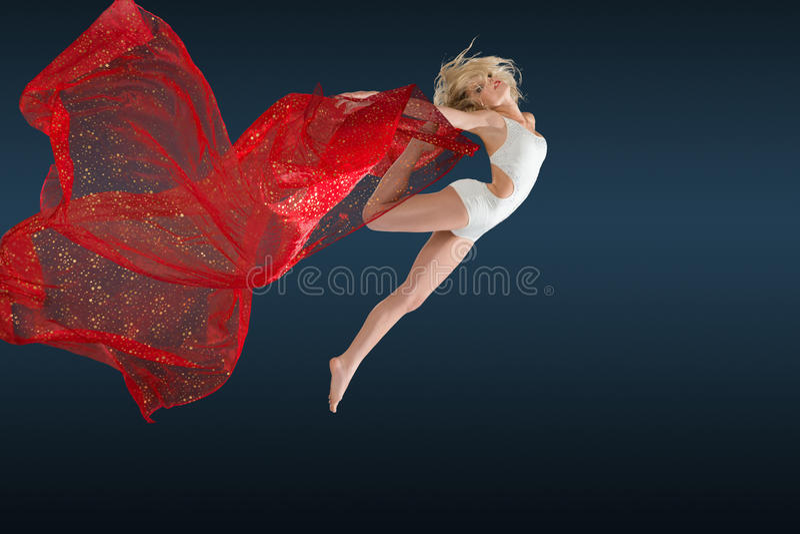 Vrouw die met zijdestof springen royalty-vrije stock fotografie