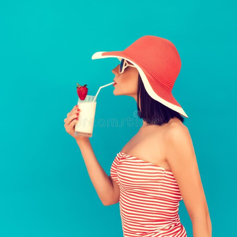 Vrouw die met zonnebril een cocktail drinkt stock foto's