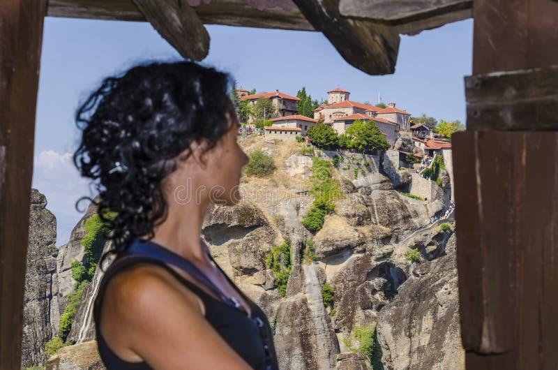 Vrouw die Meteora-klooster bekijken royalty-vrije stock fotografie