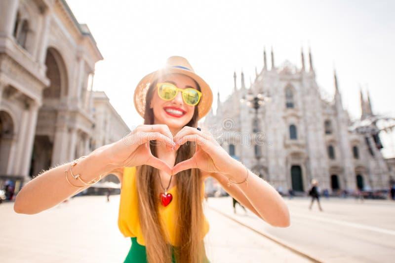 Vrouw die in Milaan reizen stock fotografie