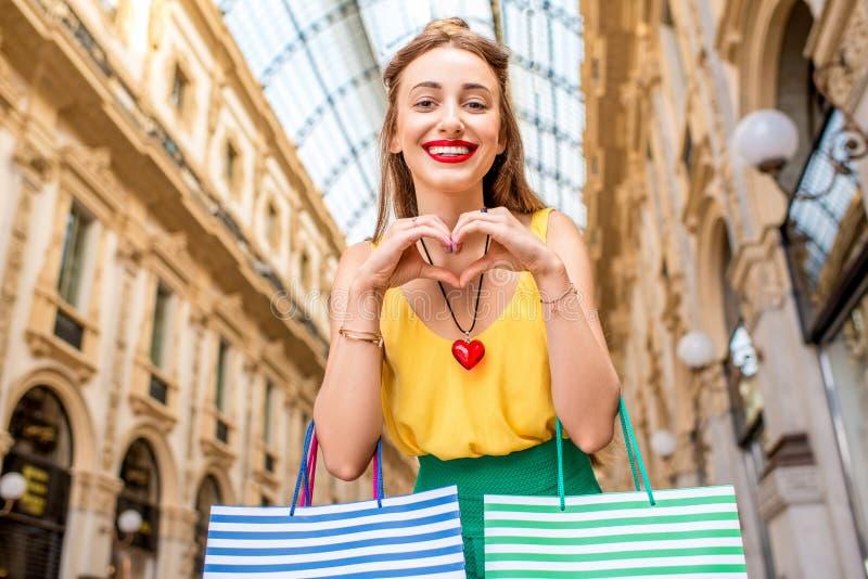 Vrouw die in Milaan winkelen stock fotografie