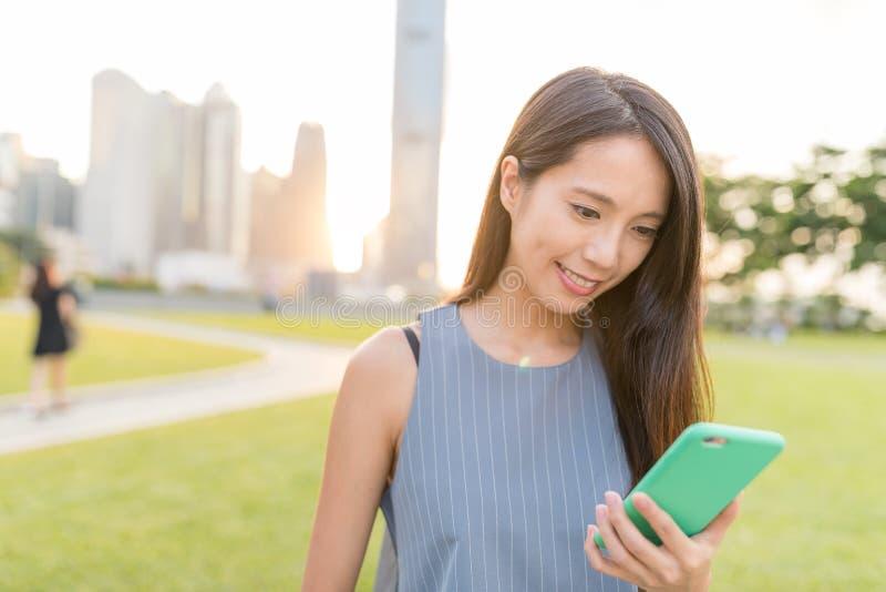 Vrouw die mobiele telefoon in Hong Kong-stad met behulp van royalty-vrije stock foto