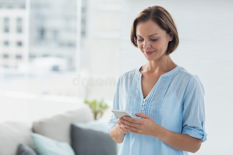 Vrouw die Mobiele Telefoon met behulp van stock afbeelding
