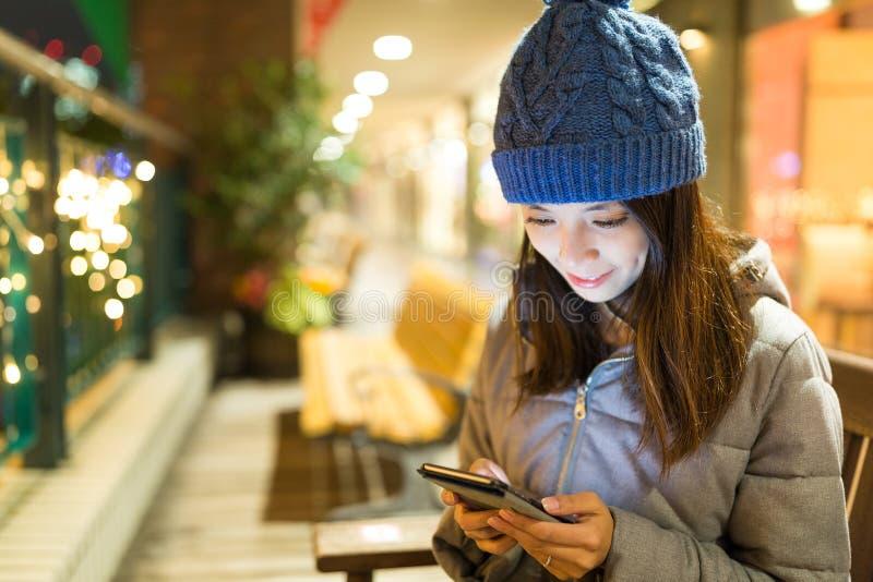 Vrouw die mobiele telefoon met behulp van bij nacht royalty-vrije stock foto's