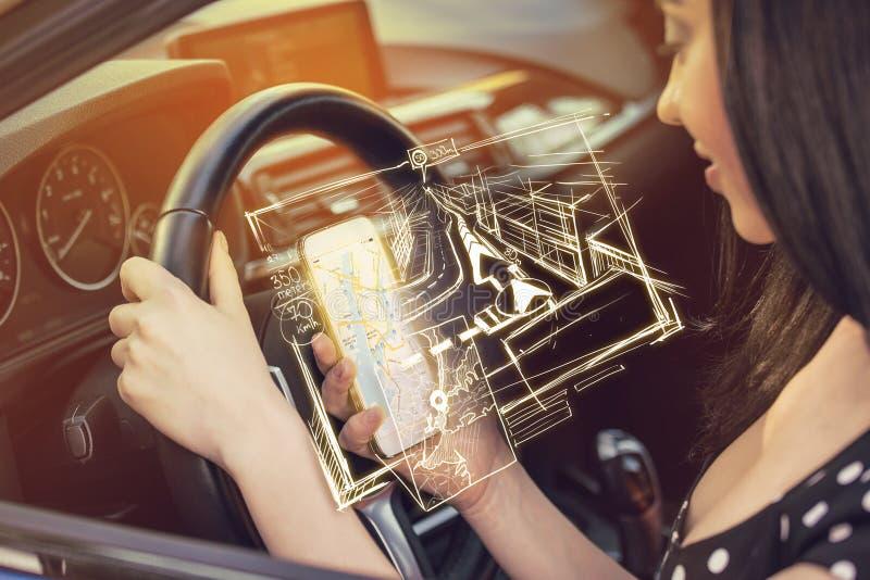 Vrouw die mobiele telefoon met behulp van om richtingen te vinden terwijl het drijven van een auto royalty-vrije stock foto