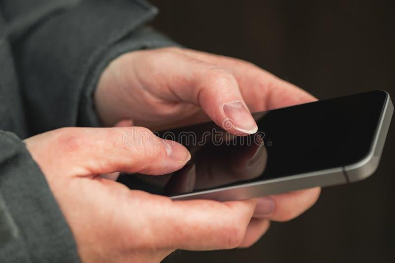 Vrouw die mobiele telefoon met behulp van om sms sms-bericht te verzenden royalty-vrije stock afbeeldingen