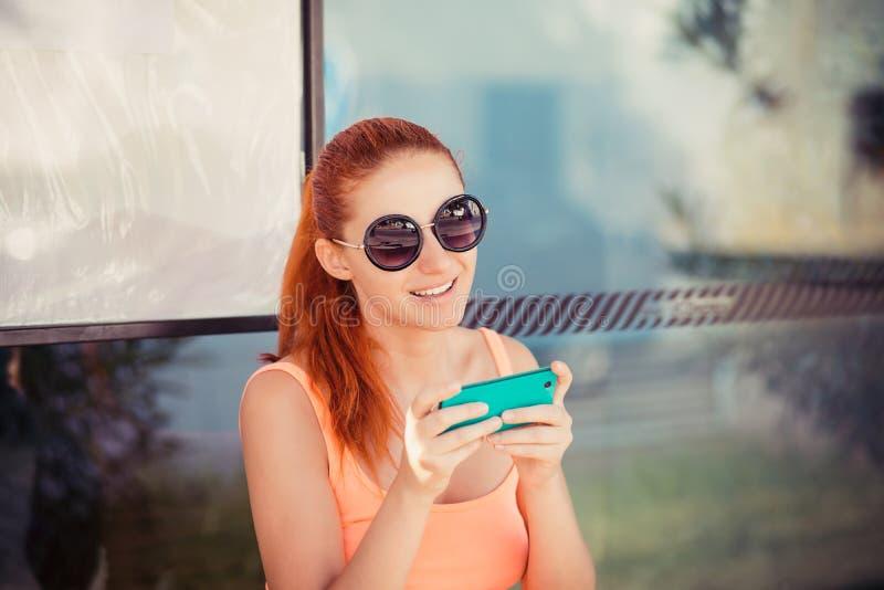 Vrouw die mobiele telefoon in post met behulp van royalty-vrije stock afbeelding