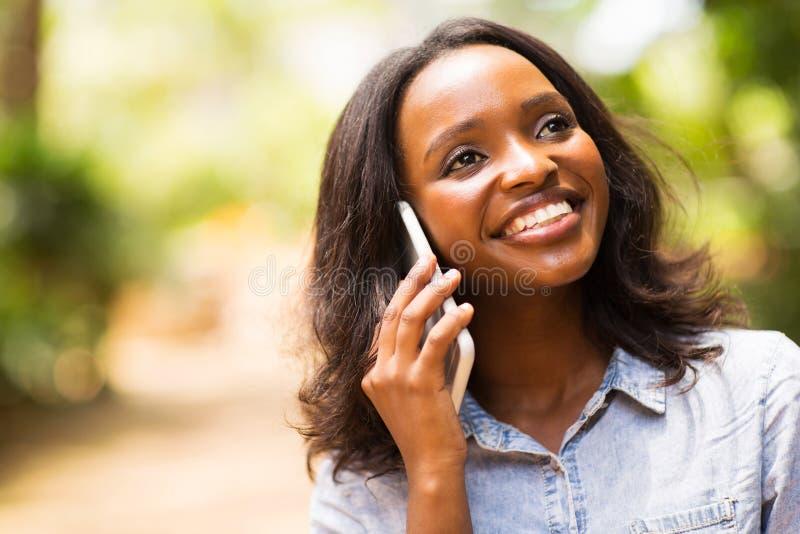 Vrouw die mobiele telefoon spreekt royalty-vrije stock afbeeldingen